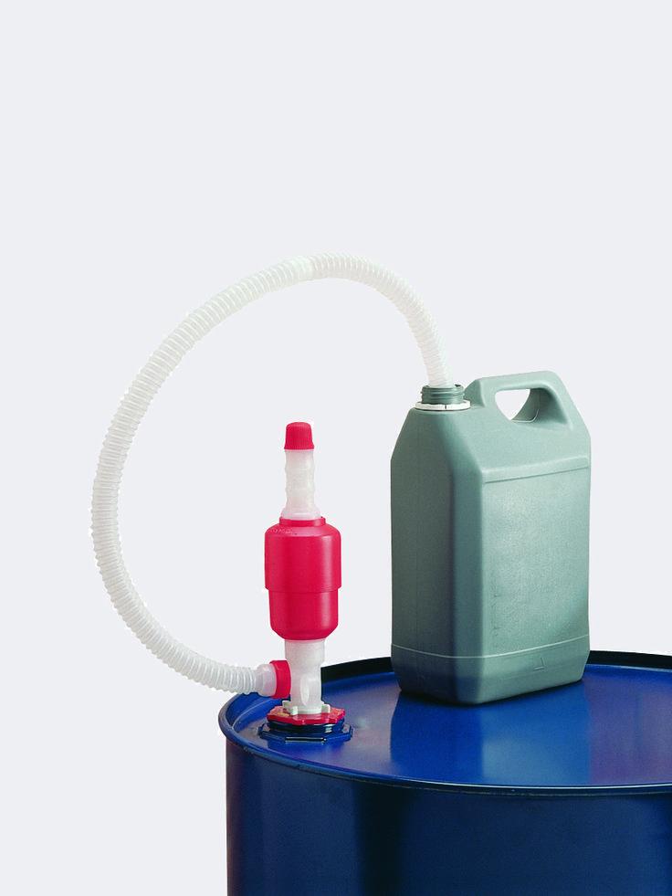"""Pompa membranowa do pompowania mniejszych ilości cieczy z beczki do małych pojemników. Wyprodukowana z odpornego na chemikalia polietylenu. Adapter z gwintem 2"""". Pompowana ilość: około 0,2 l/na naciśnięcie."""