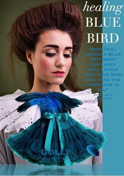 Sukně Dolly Petti Modrý ptáček Nádherná dolly sukně z pohádkové kolekce o Modrém ptáčkovi. Sametově smaragdovo - modrá barva vás okouzlí. Ta nejjemnější petti sukně z hebkého nylonu, kterou si prostě musíte zamilovat. Bohatý objem a nařasení z vás udělá dokonalou dámu, saténový pas se stuhou se přizpůsobí díky regulační gumě. Doporučujeme kombinovat s jednoduchým, hladkým topem, tričkem, krátkým sáčkem, džínovou či koženou bundičkou, jako botky můžete zvolit boty na podpatku, kozačky či…