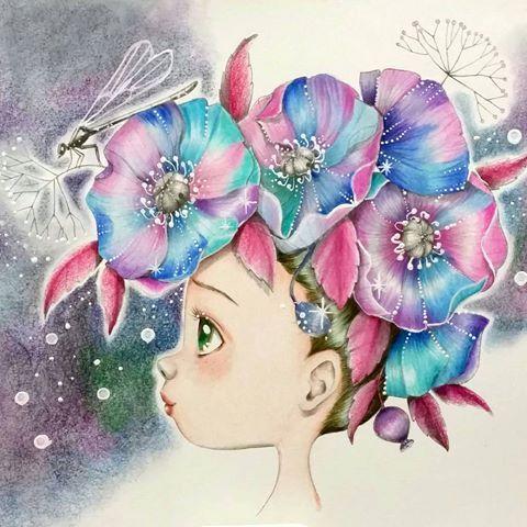 こちら、とある変態フォロワーさんから頂いたフランスの塗り絵です 幼い女の子の横顔がとってもかわいい 紙質がちょっと、今まで塗ったことない質感で、苦戦したんですがいい感じに塗れました トンボの体と、花の中心は色を入れてません。入れない方が纏まりいいかなと思って、グレーのまま。 点々は、漫画用のコミック修正インクを爪楊枝で転々しました。 シグノ白ペンと違い、色鉛筆の色が滲んでくることもなく、しっかりした白で点々することができました! 丸ペンが欲しいなー。これで線が描きたい。髪の毛の表現に使いたい。 こちら、アメブロのブロ友さんの誕生日プレゼントに送ろうと思います 変態フォロワーさんありがとうございました #コロリアージュ#大人の塗り絵#おとなのぬりえ#フランスの塗り絵#adultcoloring#coloring#adultcoloringbook #coloringbookforadult#coloriage#emmanuellecolin#著色本