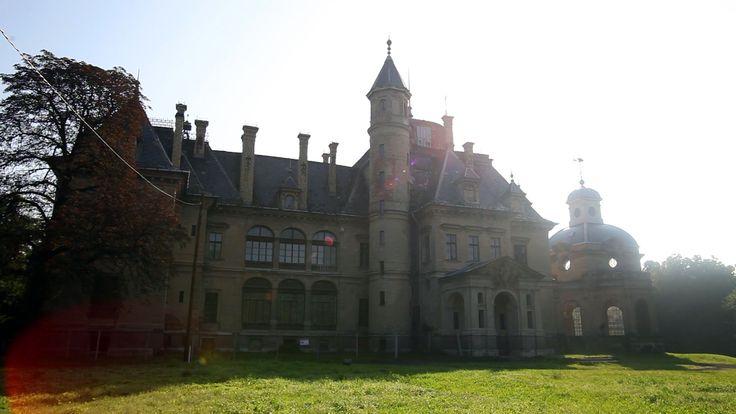 Képzelje el, mit tennének ma Magyarország leggazdagabbjai, ha olyan házat építtethetnének maguknak, amilyet akarnak. A maga idejében ilyen volt a Schossberger-család turai kastélya, ami aztán 130 éves története alatt mindent átélt, ami Magyarországgal történt.
