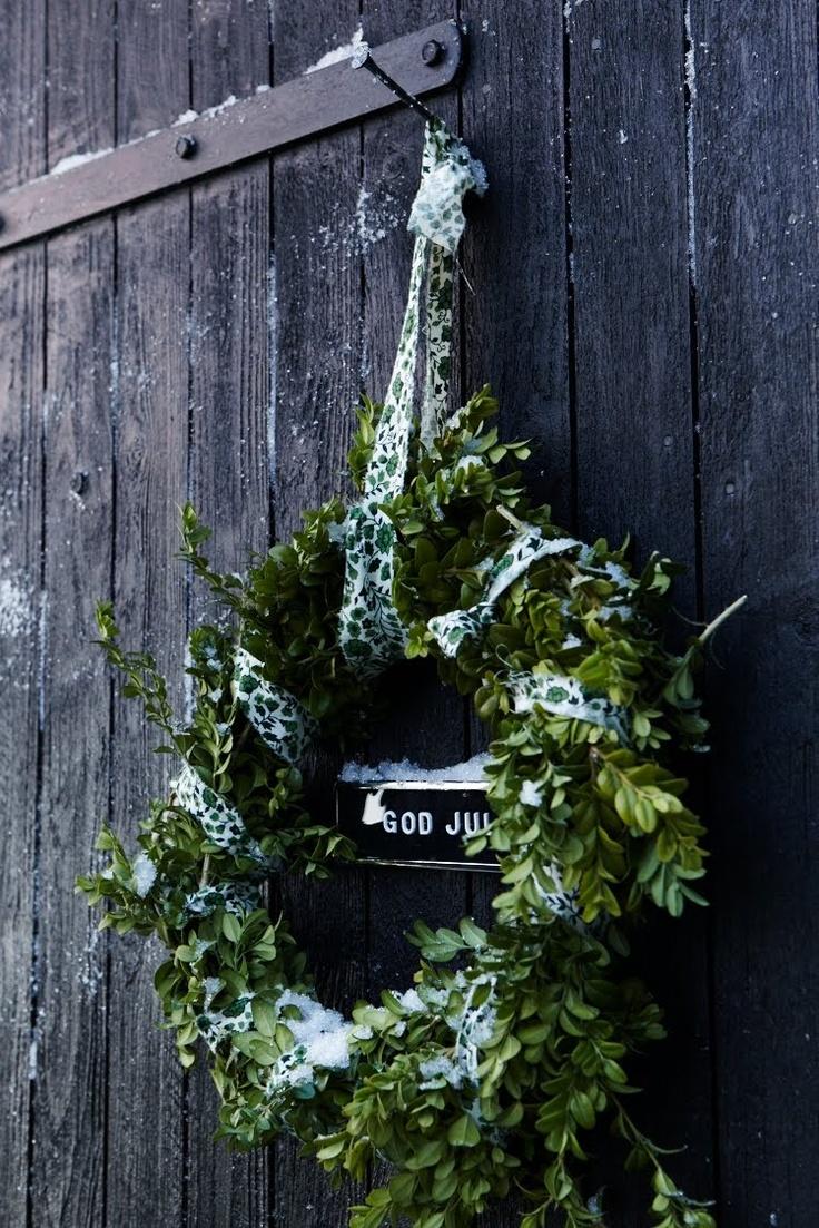 Jul.  krans.  snö.  rustika lada.  fotografi.  vit.  grön.  grå.:
