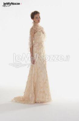 http://www.lemienozze.it/gallerie/foto-abiti-da-sposa/img29354.html Abito da sposa decolletè con cappa, realizzato in tulle ricamato con nastri di organza e leggeri cristalli.