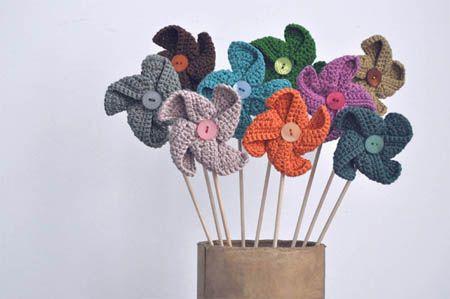 Molinillos a Crochet - Patrón Gratis en Español aquí: http://lastejeymaneje.blogspot.com.es/2012/08/free-pinwheels-crochet-pattern.html ( click en la foto del patrón para agrandarlo)