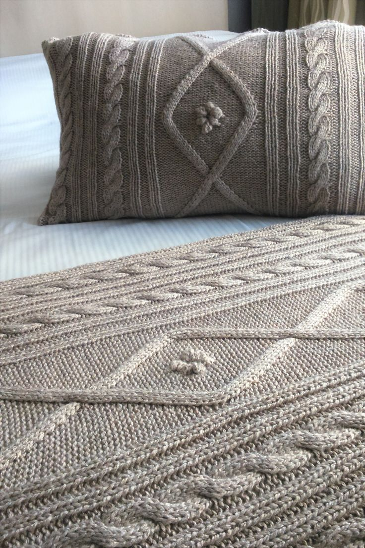 Pie de cama tejido y funda de almohada tejida Flowers. Hilado: lana- acrílico- algodón. Diseño propio.