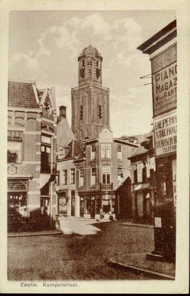 Gezicht op de kruising Kamperstraat - Luttekestraat, ca. 1930. Talrijk zijn de reclameborden o.a. van J.A. Meijer, sigaren en sigaretten, Stalhouderij H. Bosch, pianomagazijn W. van Rantwijk en kapper H. Nijenhuis. Op de hoek Kamperstraat - Luttekestraat op Luttekestraat 52 (toen Nieuwe Haven 2) was sinds 1920 H.J. Wind, bloemist, gevestigd. Hij heeft aan zijn pand het bord van 'hofleverancier' bevestigd. Op de hoek Luttekestraat - Blijmarkt staat een brievenbus.