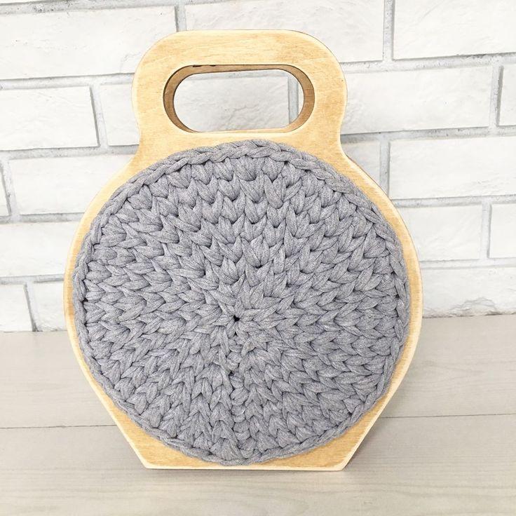 166 отметок «Нравится», 14 комментариев — Вяжу, Создаю Уникальные Броши (@happytiaknit) в Instagram: «Представляю вам новую модель сумки. Теперь это круглая форма с деревянной рамкой. Дерево состарено…»