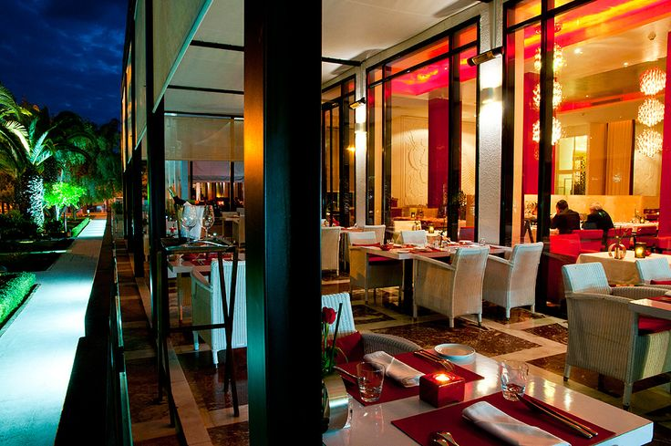 Admire the gardens with banana, orange and palm trees by the huge windows of the El Patio restaurant. Benches and white walls, red cushions and columns, black structures, chairs reminiscent of windows lines... A geometric harmony that plays on all dimensions. Enjoy Mediterranean-inspired cuisine with the ideal wine, selected from the 150 references available on our wine list.