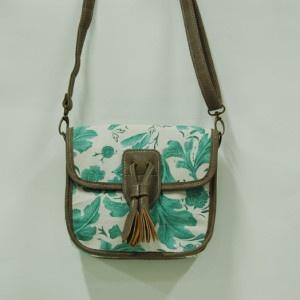 Bolso fondo blanco y estampado con hojas verdes. Quintana