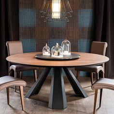 table à manger ronde Eliot en bois massif et métal gris anthracite, chaises en cuir marron et parquet massif au sol