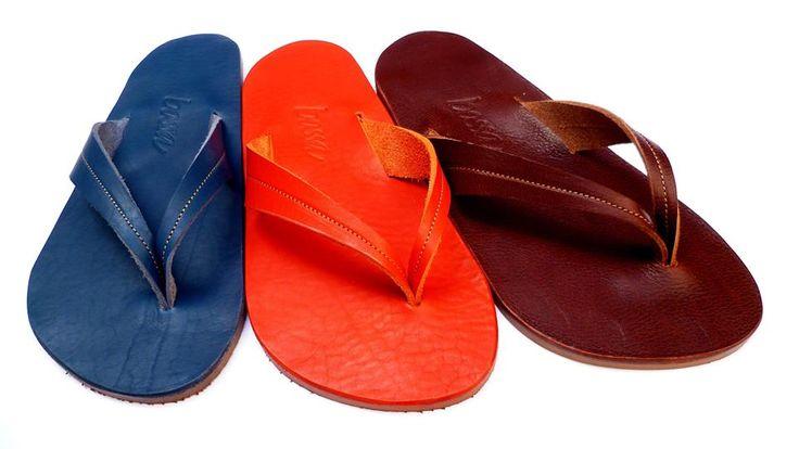 Un pò di anni fà, reallizzavo delle applicazioni in cuoio per i serbatoi delle moto. Dal cartamodello è nata la base di questi sandali. Quelli che li indossano, dicono di vedere i loro piedi sorridere... www.bottegabossa.com