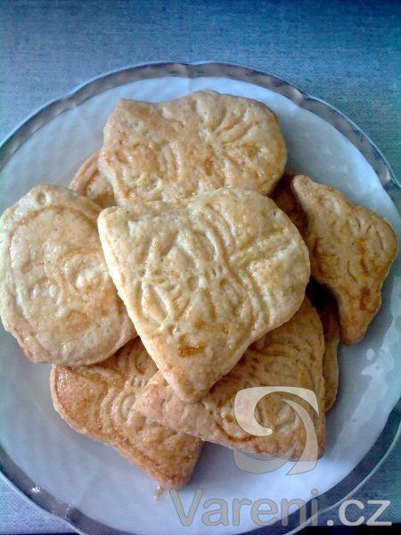 vynikající sušenky s vůní a chutí po másle. 1 ks žloutek  1/2 kg hladká mouka  1 lžíce rum  1 balíček prášek do pečiva  1 lžíce kysaná smetana  160 g máslo  20 dkg cukr krupice  1 ks vejce