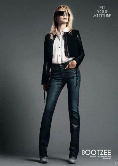 Camicia bianca e jeans a vita alta