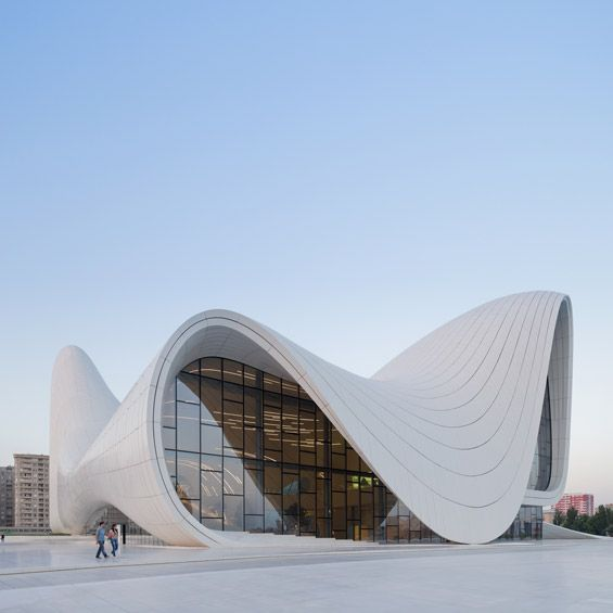 "A Bakou en Azerbaïdjan, la célèbre architecte Zaha Hadid vient de livrer le ""Centre Culturel Heydar Aliyev"". Développant d'interminables cou..."