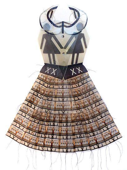 Selon Gwen Samuels, l'architecture et le vêtement ont beaucoup en commun. À la fois refuge et protection pour le corps, ils sont également le reflet de l'identité de celui qui l'occupe. C'est pourquoi à l'aide de photographies d'éléments architecturaux réduits, répétés en motifs puis cousus à la main ensemble cette artiste américaine crée ces robes étonnantes, les fils la rencontre du digital et du fait main, mais également le processus créatif et la vie qui en est un.