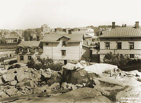 Signe Brander: Kuvattu Pengerkadun (nykyinen Kinaporinkatu) tontilta pohjoiskolliseen. Taustalla näkyy Vallilan kansakoulun pääty. 1911.