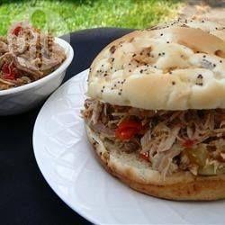 Einfaches Slow Cooker Pulled Pork - Das ist ein amerikanisches Rezept für Pulled Pork, gür das man sich zweierlei Gewürzmischungen mischen muss - Cajun Gewürz und Adobo Gewürz. @ de.allrecipes.com