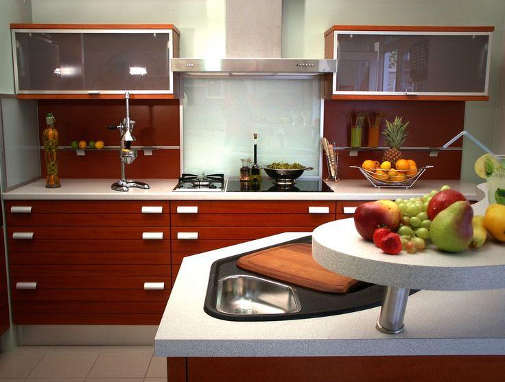 A TILIA konyhabútorok elegáns, vízszintes front rajzolata nyugodt konyhaképet kölcsönöz a mögötte rejlő széles fiókok pedig többszörösére növelik a konyhabútorok tárolókapacitását.