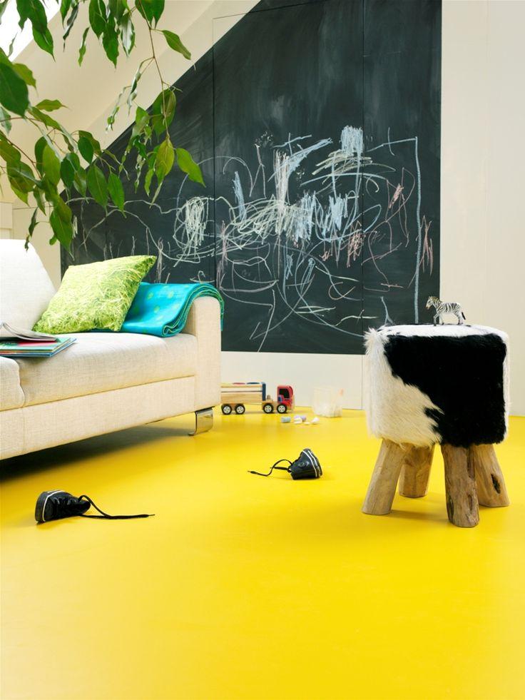 Kwaliteit contrast. De vloer is hoog verzadigd tegenover de muur en het bankstel. Helderheidscontrast. Verschil van zwart en wit in de muur, krukje en het bankstel.