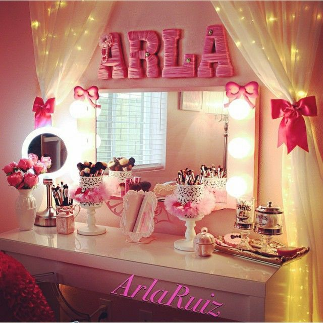 Super cute and chick! Love all the pink!! ✨ vanity by Ms. @arlaruiz