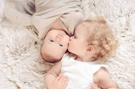 Afbeeldingsresultaat voor baby met broer en zus