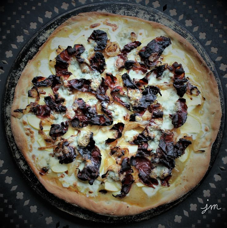 Prosciutto Apple Gorgonzola Pizza. We went out to dinner with friends a few weeks ago to an amazing local Italian restaurant  near us (Della Terra) that served a too-die-for 5-course dinner with wi…