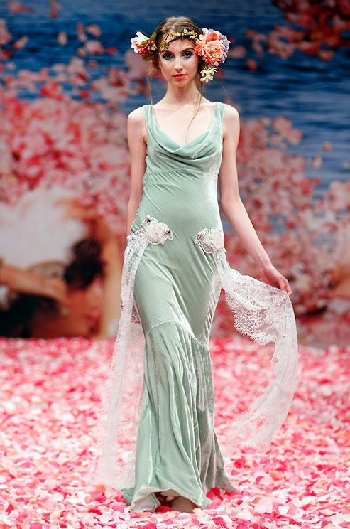 高級感のある光沢がおしゃれなベルベット素材のドレス♡花嫁衣装に着たいスレンダーカラードレスの一覧♡