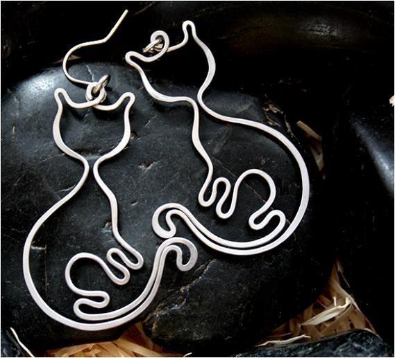 Kočky mňau dámy - tepané - hypoalergenní Tepanékočky -mňau dámy-náušnice vyrobenéručně z chirurgické oceli Osteofix a roztepané, vhodné pro alergiky. Délkakočky (bez háčku) 4,7cm, silikonové zarážky V nabídce je také víc šperků s motivem koček. (kliknutím na obrázek přejdete na kategorii kočičího zboží) Chirurgická ocel Osteofix - kvalitní ...
