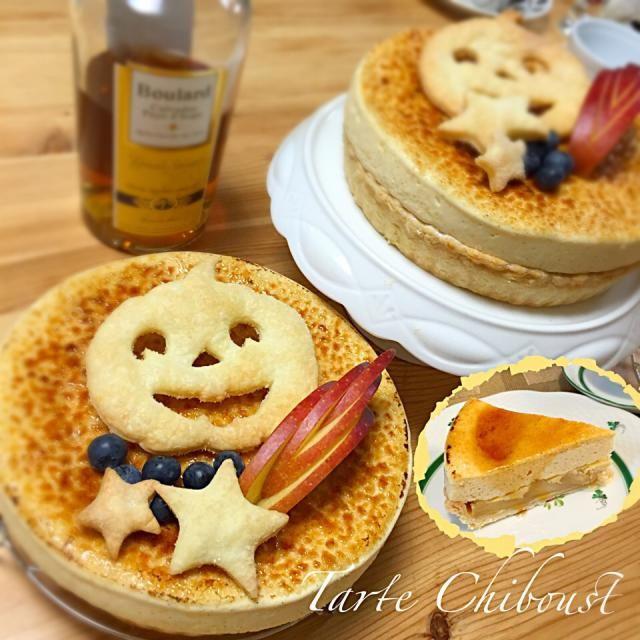 またまたいつものお菓子作りがプロ級のお友達に教わってきました キャラメリゼしたりんごがたっぷり入った大好きなシブースト。お砂糖を使わないサクサクのパイ生地にカルヴァドスの香りがたまらないりんごにシブーストクリーム♡( ᵕ̤ૢᴗᵕ̤ૢ )♡たまらなく幸せでした〜( ᵕ́ૢ‧̮ᵕ̀ૢ)‧̊·* りんごは紅玉ではなく、黒っぽい皮の秋映を使いました。大きくて、食感も美味しかったです。 余ったパイ生地で、ハロウィン仕様の飾り付けも可愛い♪(๑ᴖ◡ᴖ๑)♪ そして、初バーナー体験。 いよいよ本当に欲しくなっちゃいました。(*≧艸≦) - 310件のもぐもぐ - タルト シブースト♡ by Mayutak