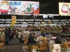 函館観光のスタートは函館朝市で決まり 函館朝市は函館駅のすぐそばにある道内最大級の市場 北海道の新鮮な海産物や塩干物珍味に加えて衣料品なんかも売っていて連日観光客で大賑わいです 函館朝市どんぶり横丁市場というのが一角にあって安くて美味しい海鮮丼が人気 tags[北海道]