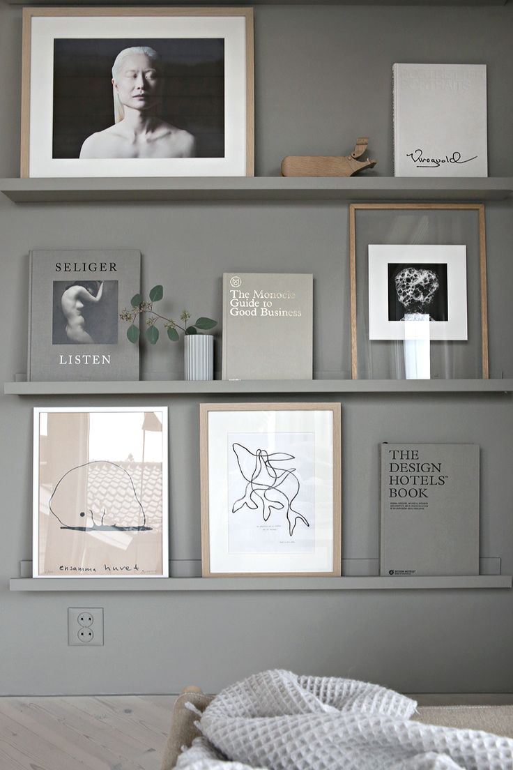Kunskapstavlan likes! - Grey wall, grey shelves, grey books, grey everything! Such a nice contrast with the wooden frames and white posters as well. Good display idea for the livingroom - Scandinavian interior