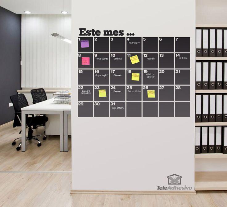Pizarra de vinilo troquelada en forma de calendario organizador. Se puede escribir y borrar con tiza y rotulador de tiza líquida. Además permite adherir notas Post-it.
