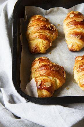 I croissant alle mandorle sono avvolti da una crema frangipane che li rende golosi e morbidi. Ottimi sia per la colazione che per un thè pomeridiano.