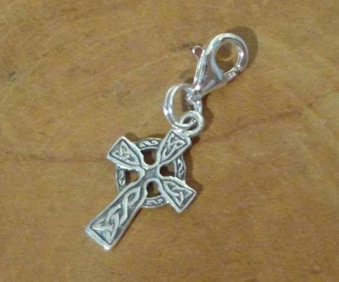 Fair Trade bedel uit Thailand gemaakt van sterling zilver (925) met een Keltisch kruis. Het Keltische kruis is een combinatie van de zon en het Christelijke kruis.