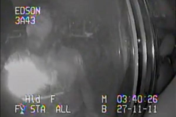 Video assurdi: ubriaco canta i Queen nell'auto della polizia