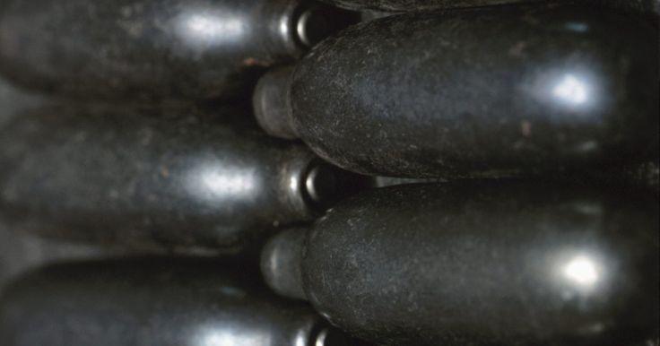 Cómo hacer un chaleco de Airsoft. La mayoría de los chalecos de Airsoft son simplemente chalecos tácticos de combate. Por lo general, no ofrecen mucho algodón para el usuario a excepción de el engranaje que hay en él. Este proyecto es un chaleco que no sólo puede reducir el dolor para el usuario cuando es golpeado, pero también puede ser modificado para llevar el equipo.