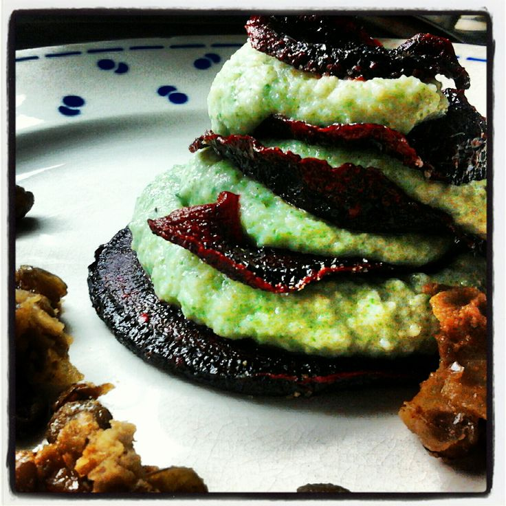 Torentje van rodebietenchips en crème van boerenkool en aardpeer met krokant van groene linzen op Maandag (Veggie Feestweek)