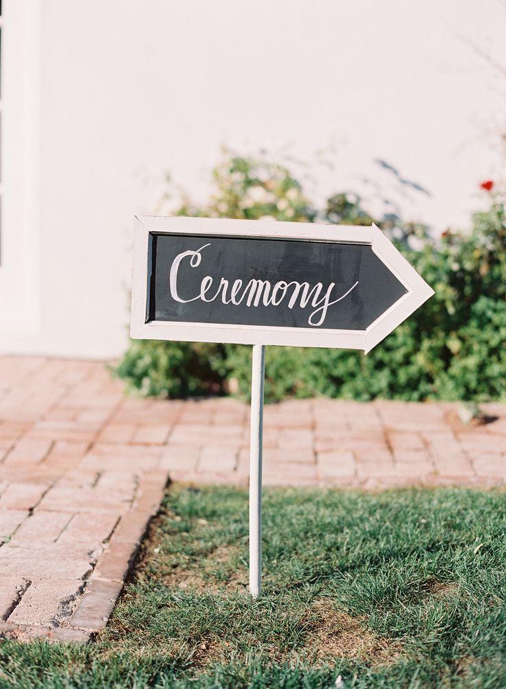 Ceremony wedding sign - Photography: Caroline Tran - www.carolinetran.net:Vineyard Wedding in California with the Prettiest Colors : https://www.itakeyou.co.uk/wedding/vineyard-wedding-in-california/