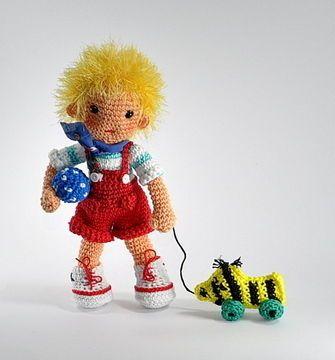 Lausbub+Dennis+möchte+mit+seinen+Kumpels+Ball+spielen.++Die+Anleitung+beinhaltet+Hose,+Schuhe,+Ball+und+Ente+und+umfasst+17+Seiten.  Wenn+du+die+Puppe+mit+Bio-Baumwolle+häkelst,+kannst+du+sie+auch+Babys+zum+Spielen+und+Liebhaben+geben.  Die+Anleitung+ist+bebildert+und+gut+umzusetzen.+Grundkenntnisse+im+Häkeln+werden+vorausgesetzt+(feste+Maschen,+Maschen+zusammen+häkeln)  ++++Schwierigkeitsgrad:+mittel  Mit+Baumwollgarn+Catania+wird+die+Puppe+ca.+25+cm+groß  Es+handelt+sich+nicht+um...