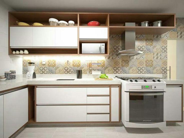 Cozinha com armários emoldurados com madeira