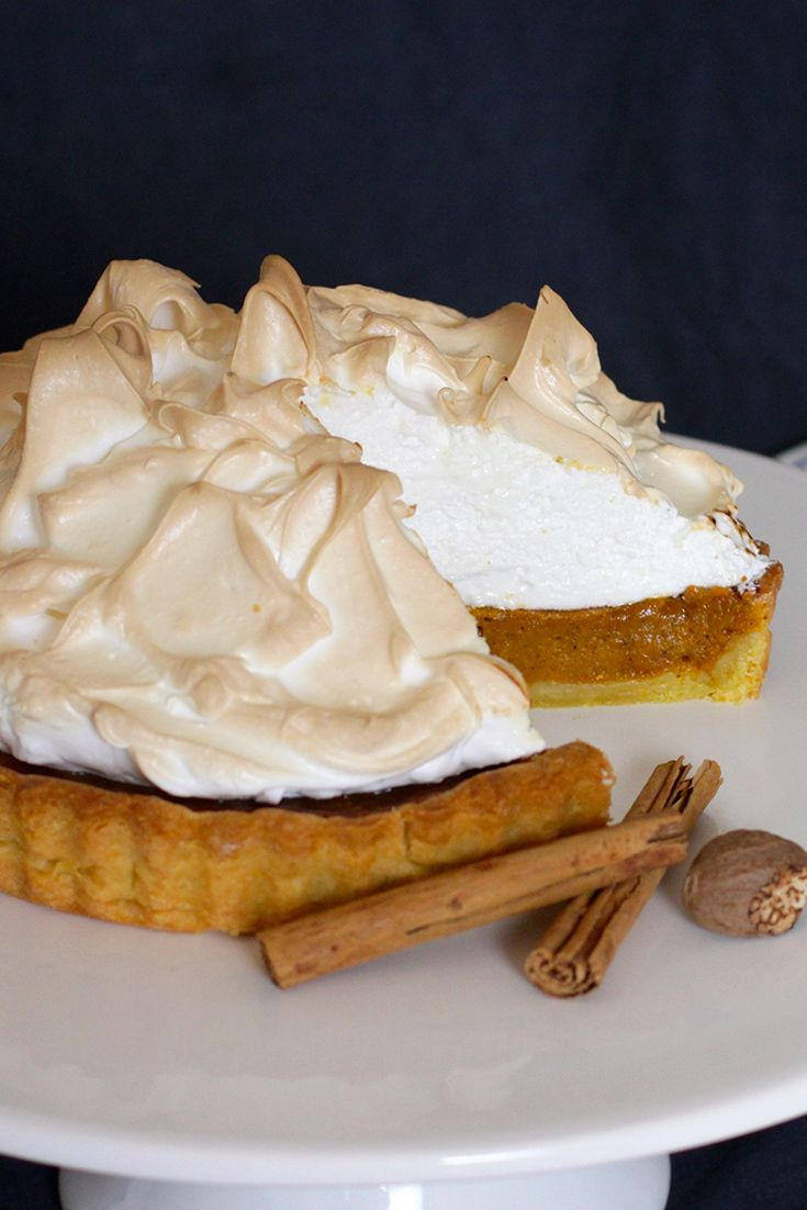 OMG! How yummy does this Pumpkin Meringue Pie look for Halloween?!