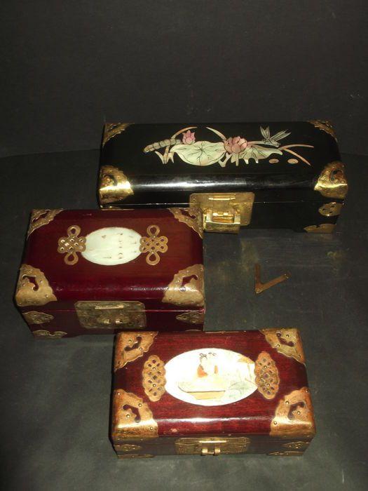 3 vintage handgemaakte Chinese sieraden dozen  1) een mooie en ongebruikelijke zwart laqué juwelendoos met ingelegde moeder van de parel... Featuring lotusbloem en dragonfly. Heeft een rode zijden voeringIn uitstekende vintage staat een echt mooie doos whit slot en grendel. Maatregel: 255 cm x 10 cm x 9 cm (h)2) Vtg. houten Oosterse sieraden doos satijn voering met Brass en Jade steen Inlay heeft messing hardware en Gekerfde jade snijwerk; Heeft een zijden voering binnen met ruimte voor…