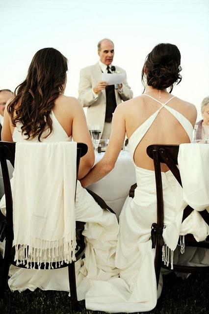 невеста обслужила гостей молодые