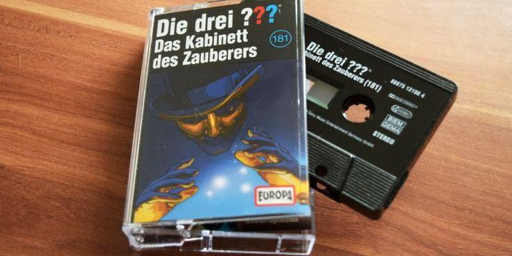 """Am 13. Mai war ein großer Die drei Fragezeichen-Tag für kassettenbox. Wir waren nicht nur im Planetarium Bochum, um eine ganz besondere Soundreise zu unternehmen – nein. Kassettenliebhaber erfreuten sich über eine frische Drei Fragezeichen-Folge im Kassettenrekorder. Ohren und Augen auf für """"Die drei Fragezeichen – Das Kabinett des Zauberers"""" (181)! Ein Zauberer verschwindet Die …"""
