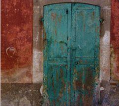 """E ancora una porta nelle nostre case!Un armadio-porta o una porta-armadio? Un duro e spinoso quesito filosofico nonchè un raffinato esempio di NeoVintageArt. Come abbiamo scoperto nell'articolo """"Dove si Mangia Stasera? Sulla Porta Ovviamente"""", le vecchie porte possono essere preziose per lanostra fantasia e per arricchire di storia e bellezza …"""