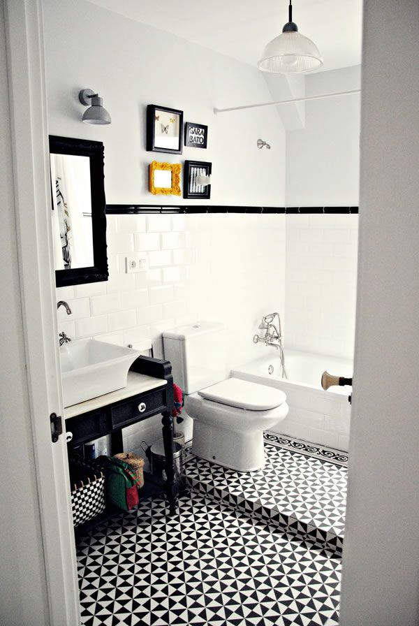 Baño blanco y negro / Black and white bathroom / Casa Haus. Inodoro en desnivel