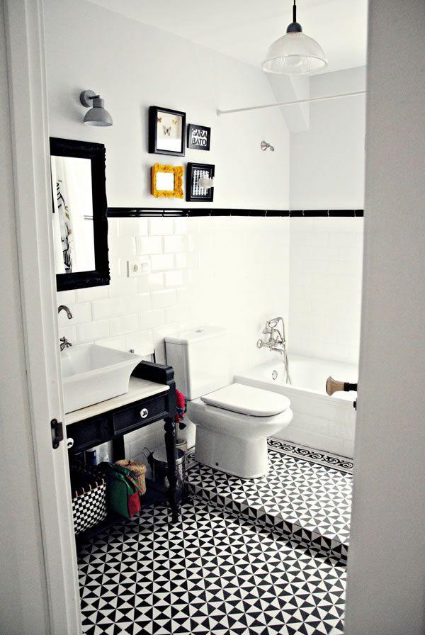 Baño blanco y negro / Black and white bathroom / Casa Haus. Inodoro en desnivel