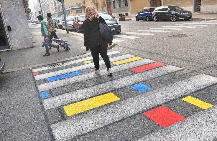Torino come Londra e Madrid. In via Luini in occasione della recente festa di quartiere le strisce pedonali sono state dipinte di tutti i colori. Basta con la monotonia del bianco e nero e via libera - è il caso di dire - all'interpretazione artistica dell'attraversamento stradale. L'idea, in prospe…