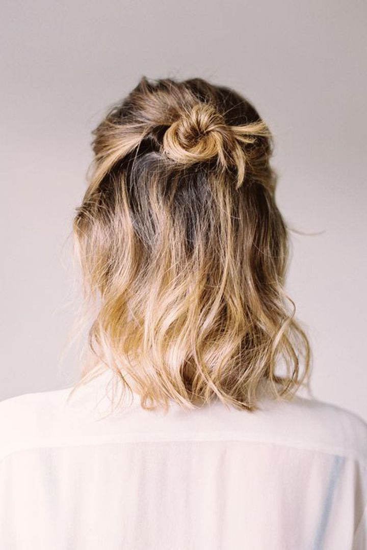 a half-up bun style for a long bob perfect for casual look Photography : Justine… - Easy Hairstyles Five Minute Hairstyles, Party Hairstyles, Wedding Hairstyles, Cool Hairstyles, Medium Hairstyles, Braided Hairstyles, Hairstyle Ideas, Hairstyles 2018, Short Haircuts