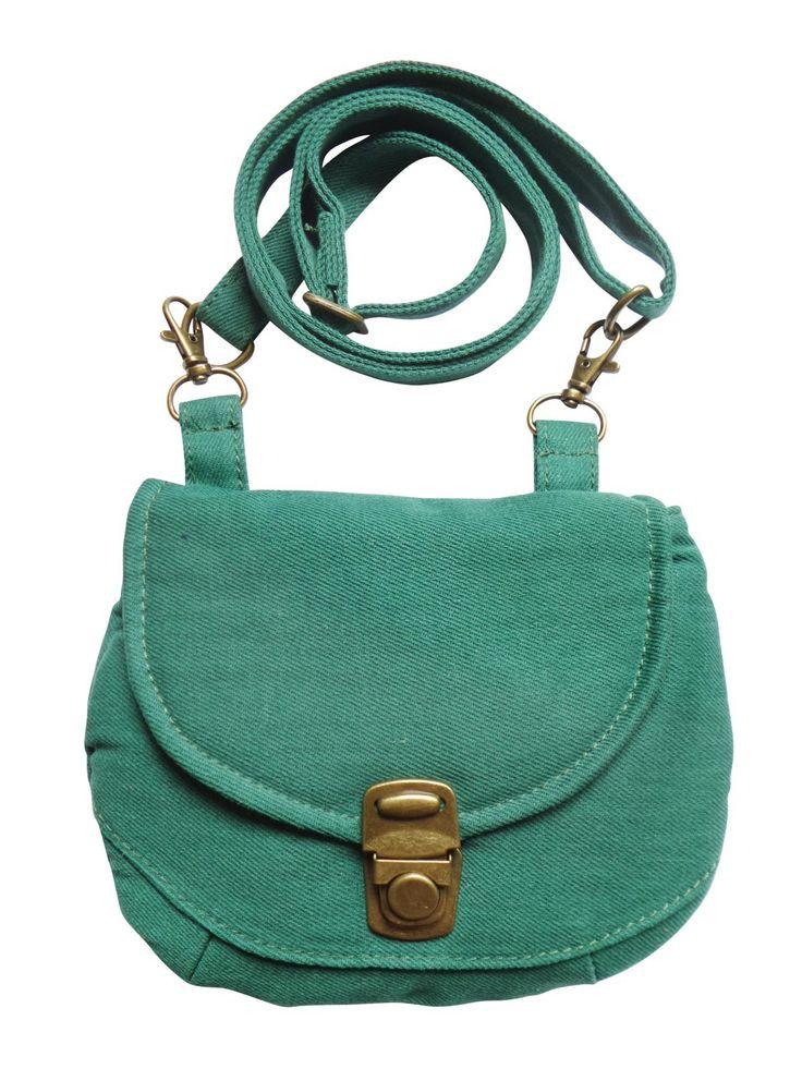Een multifunctioneel tasje met verstelbare strap in groene denim. Op werkdagen voor 20.00 uur besteld, de volgende dag in huis.