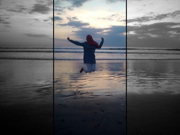 Melayang dalam balutan sinar matahari terbenam di ujung pantai Kuta.